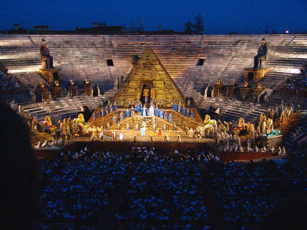 Arena di Verona bei Nacht mit dem Bühnenbild von AIDA